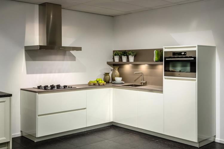 Grijze Keuken Met Wit Blad : hoogglans keukens zijn keukens die opvallen en uw keuken groter doen