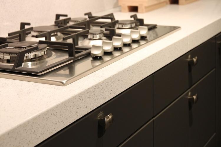 Keukenaanrecht Materiaal : Een composiet aanrechtblad is samengesteld uit vermalen natuursteen