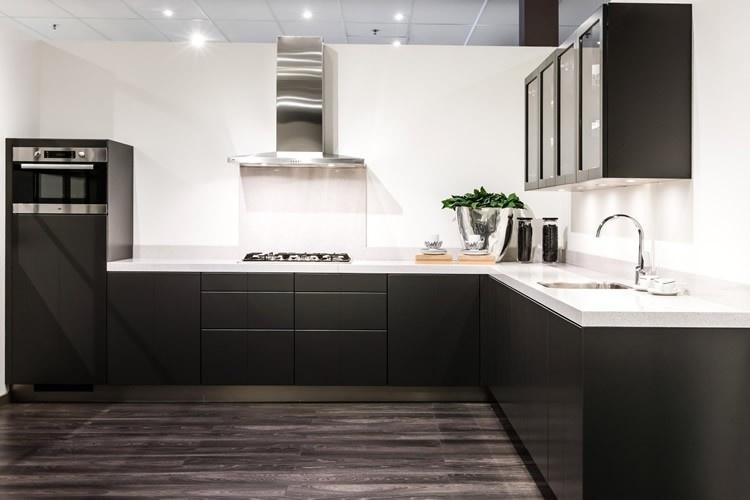 Wit keuken witte - Eiland zwarte bad ...