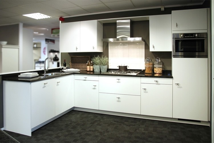 witte keukens met grijs werkblad